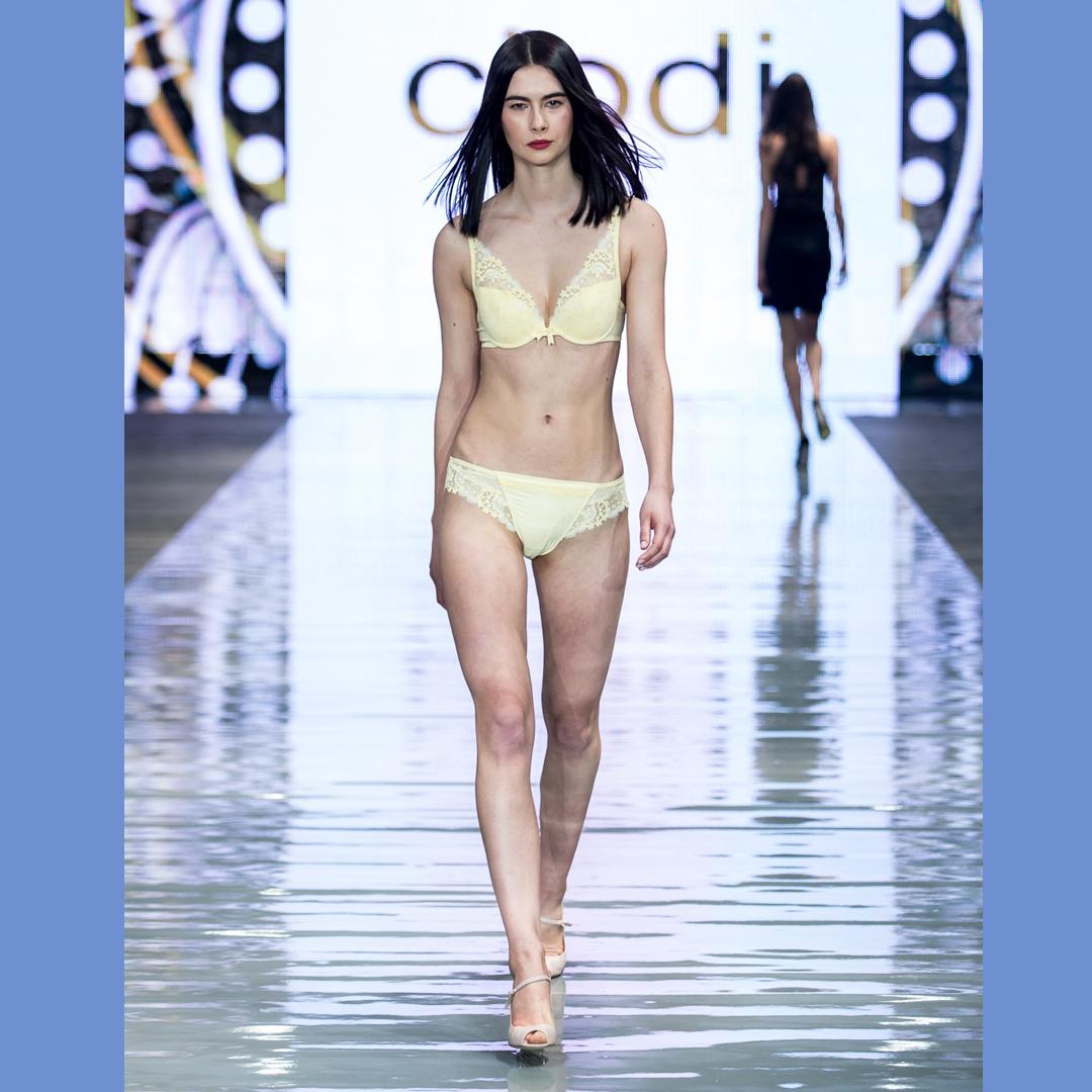 pokaz mody czółenka peep toe Sorrento buty APIA bielizna Codi
