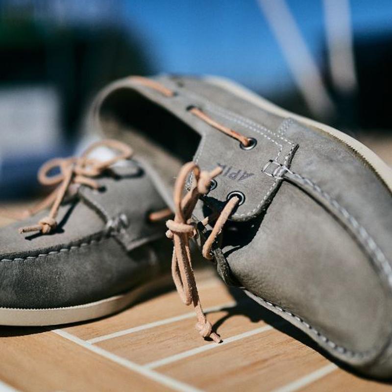 szare boat shoes apia