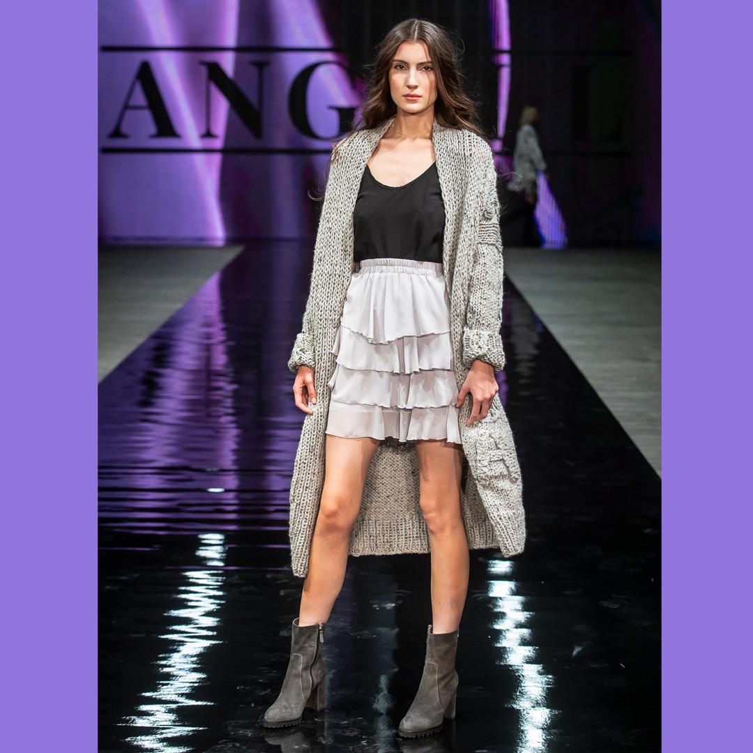 szare botki na słupku APIA pokaz mody Stary Browar Angell
